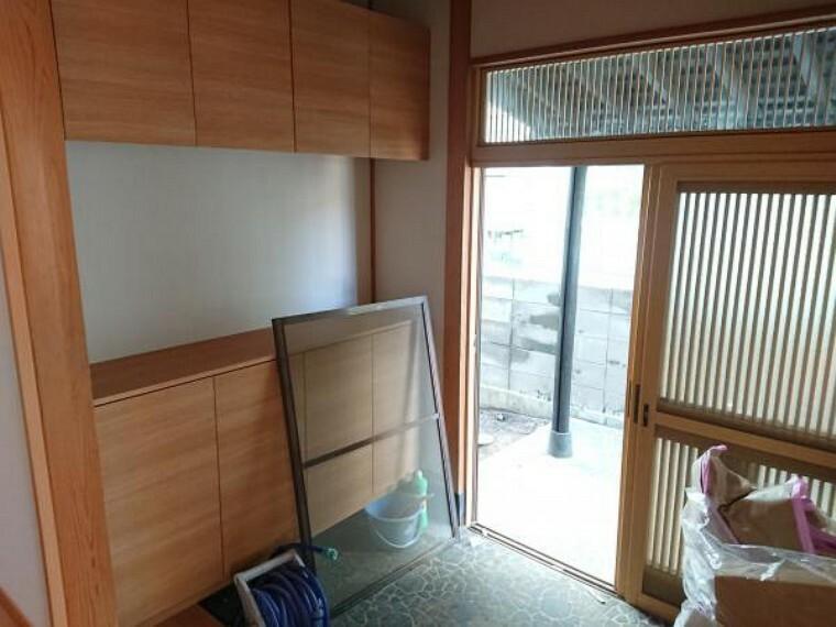 玄関 【リフォーム済】玄関内部はシューズボックス交換、天井・壁クロス張り替え、照明交換を行いました。