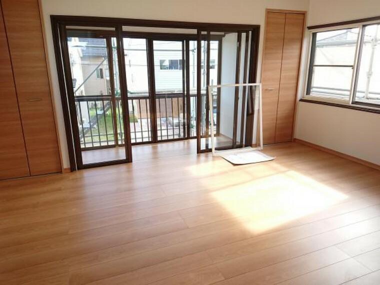 【リフォーム済】2階10帖洋室はクローゼットを2か所設置し、フローリングを張り、天井・壁クロス張り、照明を交換しました。