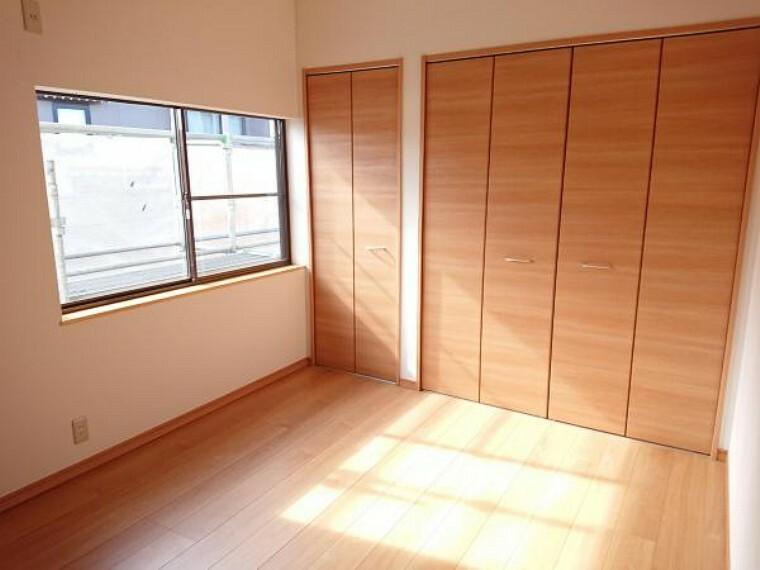 【リフォーム済】2階和室6帖を洋室に変更しました。フローリングを張り、天井・壁クロスを張替、収納建具を交換、照明も交換しました。