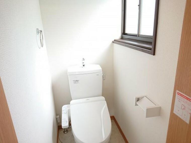 トイレ 【リフォーム済】2階には新品のトイレを設置しました。ドアを交換し、床・壁紙を張替、照明も交換しました。