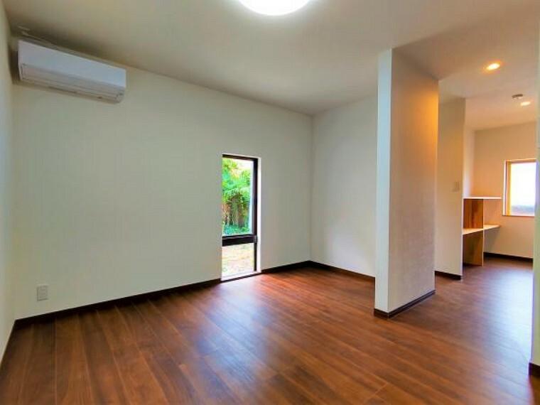 居間・リビング 価格には消費税、リフォーム費用を含みます。自社物件につき随時ご案内可能。内覧希望の方はお電話ください。画像は実際の写真に家具や調度品をCG合成したものです。
