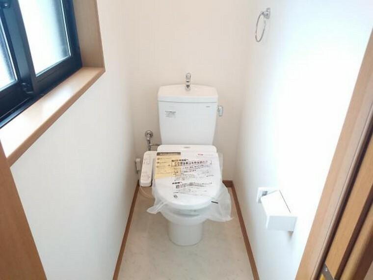 トイレ 【リフォーム済】トイレは新品交換しました。「セフィオンテクト便器」搭載で陶器表面の超平滑構造で汚れが付きにくく、付いても落ちやすい仕様になっています。環境にも優しい節水タイプとなっています。