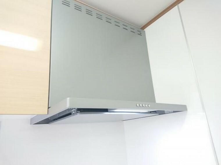 キッチン 【リフォーム済】換気扇は薄型のシロッコファンを設置いたしました。お手入れ簡単で装飾性も兼ね備えており一人二役の優れものです。