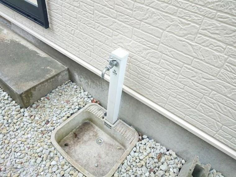 現況写真 【リフォーム済】便利な外水栓はガーデニングの水やりや洗車に一役買います。