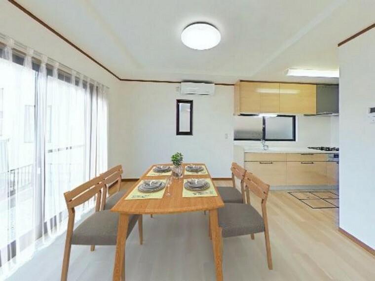 居間・リビング 【リフォーム済】階段下収納を備えた16帖LDKは壁付けキッチンのため空間をより広く扱えます。南側に大きい窓が二つあり採光も良いです。