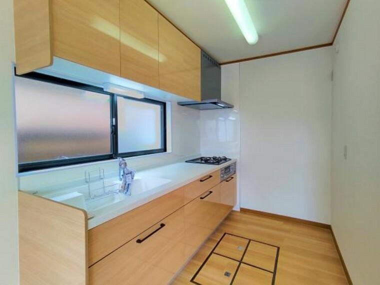 キッチン 【リフォーム済】キッチンは2550mm幅の三口コンログリル付きシステムキッチンに交換しました。ソフトモーション付きのシンプルなオール引き出し収納タイプで、床の色味と統一することで引き締まった印象です。