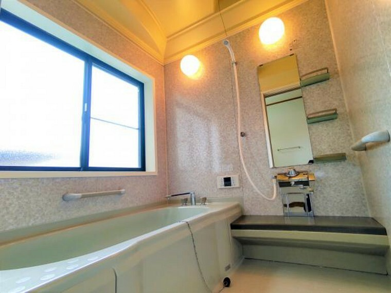 浴室 【リフォーム済】浴室はクリーニングを行いました。透明感のあるデザインに浸りながら一坪タイプのお風呂で足を伸ばして一日の疲れを癒せます。