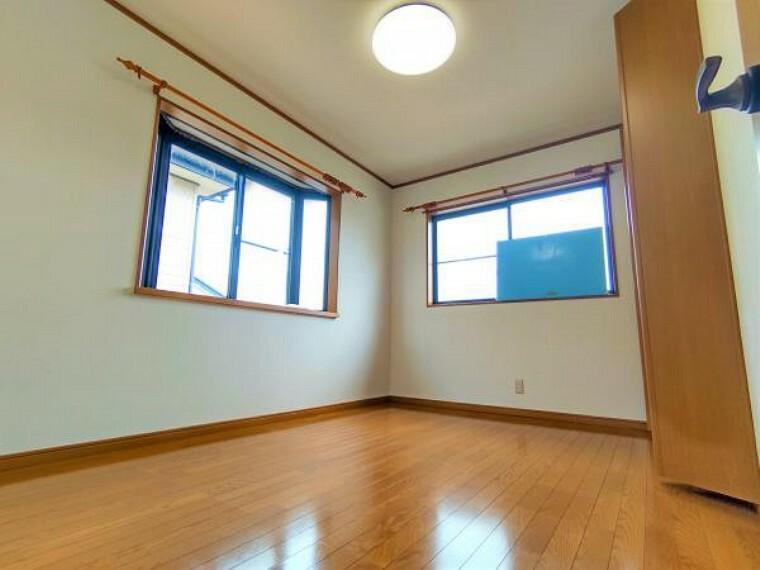 【リフォーム済】二階南東洋室です。ご夫婦の寝室にお使いいただけます。朝日を浴び、日中も光が入る贅沢なお部屋でお過ごしください。クロス張替・照明交換・クリーニングを行いました。