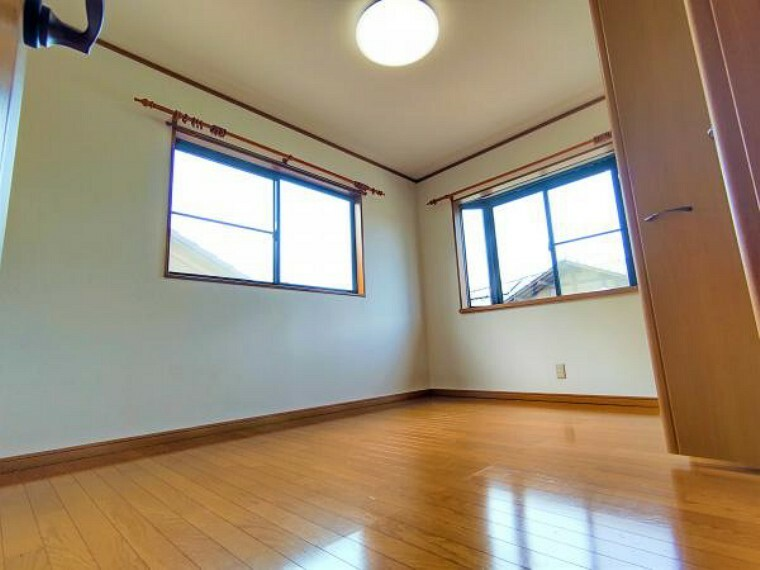 【リフォーム済】二階北西側洋室です。ご主人の趣味部屋としてお使いいただけます。収納が2箇所あるお部屋で日当たりを避けたいものや大きい物も収納可能です。クロス張替・照明交換・クリーニングを行いました。
