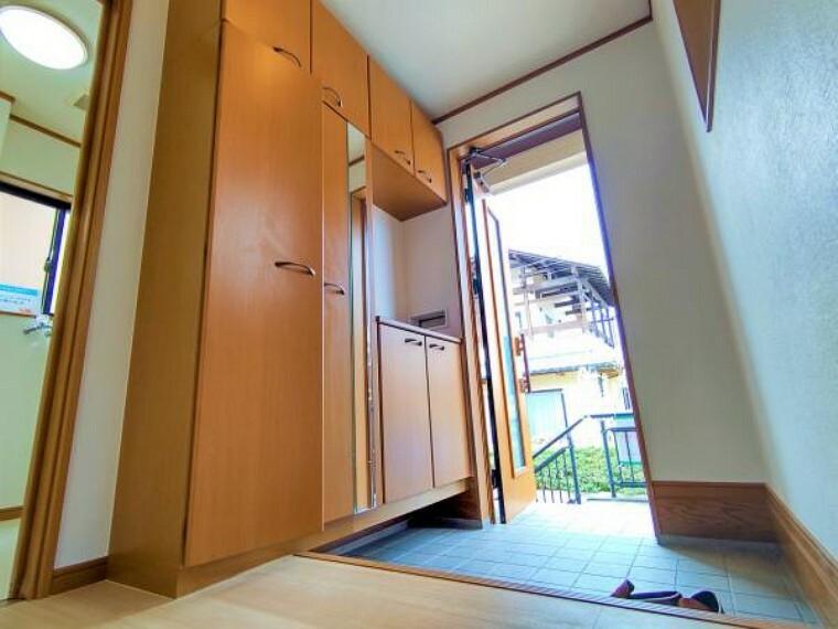 玄関 【リフォーム済】コの字型シューズボックスは大容量収納で散らからない玄関をキープできます。玄関回りが散らかりがちな方でも安心ですね。