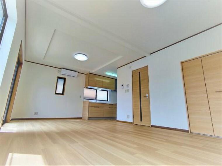 居間・リビング 【リフォーム済】白とメイプル色の二色で統一されたリビングは休日に音楽を流しながら作業をする空間として使えます。ダイニングテーブル、こたつ等スペースがあるので自由です。