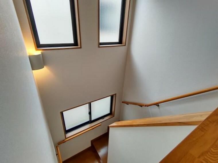 【リフォーム済】窓が二段で設置されている贅沢な階段空間は開放的な印象を受けるだけでなく、採光も取れます。手すりを階段の全側面に設置致しましたのでお年寄りの方でも安心です。