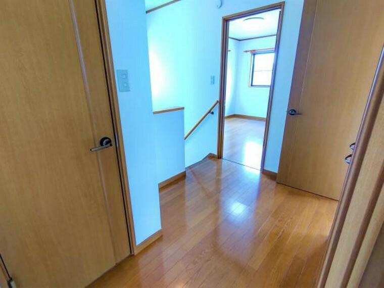 収納 【リフォーム済】二階の上がりきりは広いスペースがあり開放的です。