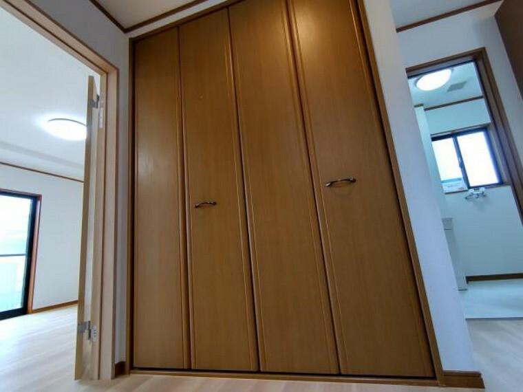 収納 【リフォーム済】廊下収納がございます。季節で入れ替える家電などを収納できます。