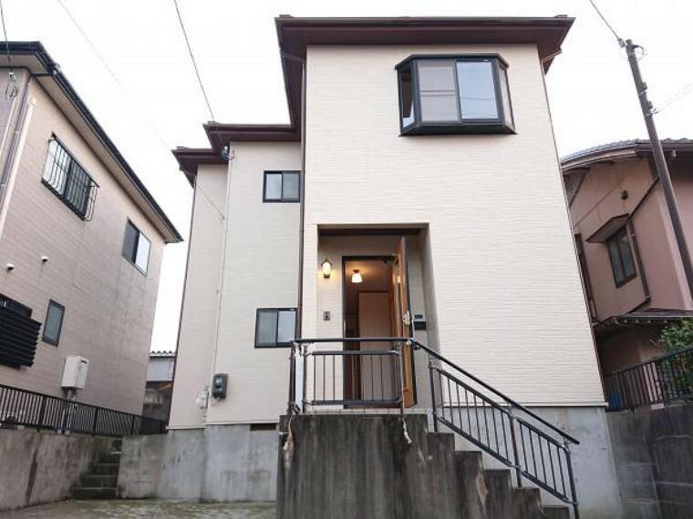 外観写真 【リフォーム済】清潔感ある白に美しいフォルムの洋風住宅です。ブラックの玄関ドアがワンポイントでシックな雰囲気です。外壁塗装・屋根塗装を行いました。