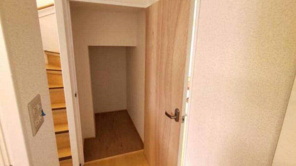 収納 【リフォーム済】階段下には収納スペースがあります。ドア交換。内部クロス張替を行いました。