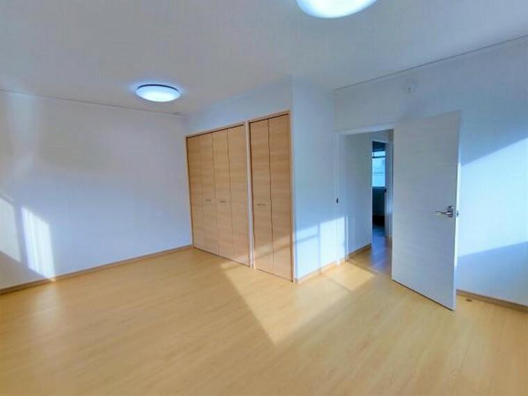 【リフォーム済】2階10帖の洋室はたくさん収納可能なクローゼット設置しました。天井・壁のクロスを張替、床を張替、照明、ドアを交換しました。2面採光の明るいお部屋です。