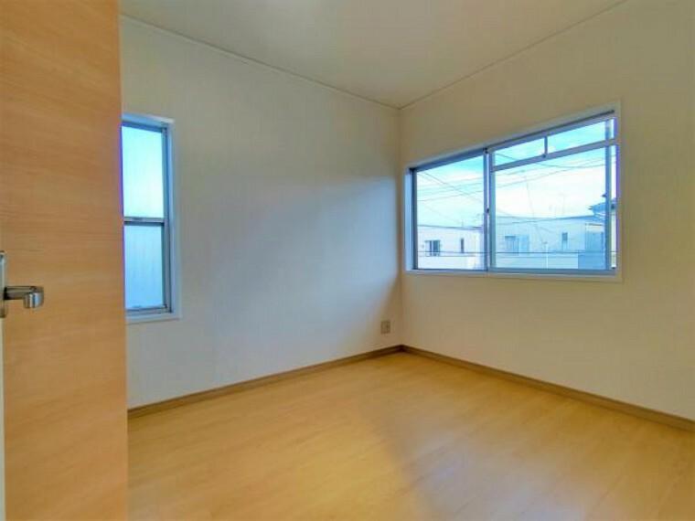 【リフォーム済】2階6帖洋室はクローゼットとドアを交換しました。フロアタイルを張、天井・壁のクロス張替、照明交換を行いました。