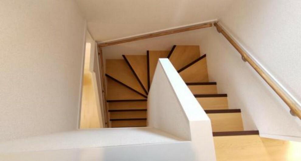 【リフォーム済】階段は手すりを新設しました。階段にはフロアタイルを張りました。吹き抜け部分は天井・壁のクロスを張替、照明を交換しました。