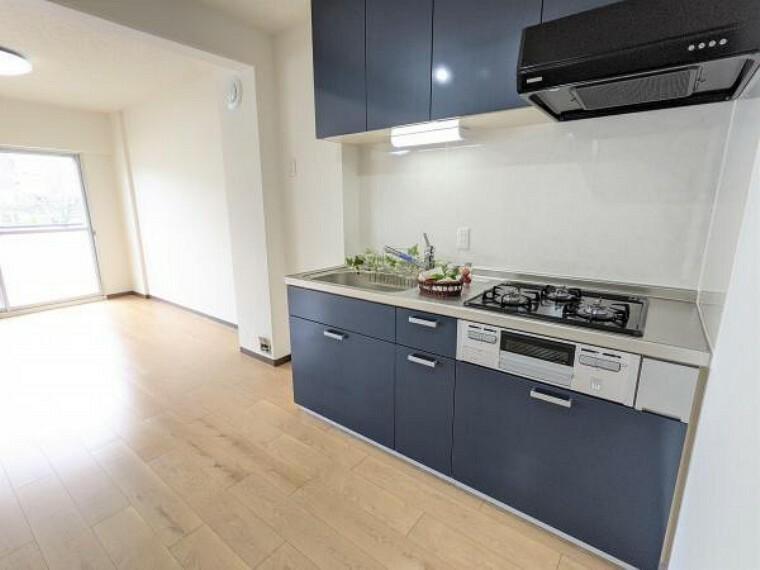 キッチン [リフォーム後_キッチン]キッチンはLIXIL製の新品に交換しました。天板は人造大理石製なので、熱に強く傷つきにくいため毎日のお手入れが簡単です。
