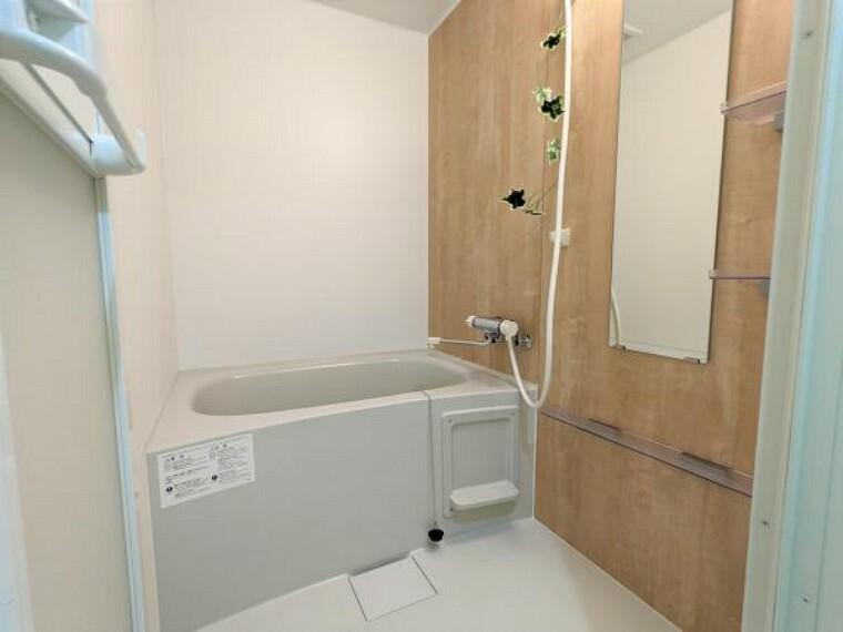 浴室 [リフォーム後_ユニットバス]浴室はPanasonic製の新品のユニットバスに交換しました。床は水はけがよく汚れが付きにくい加工がされているのでお掃除ラクラクです。