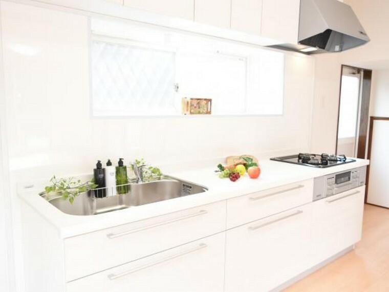キッチン 【同仕様写真】キッチンはハウステック製の2550サイズのものを新設します。収納がたっぷりなので、散らかりがちなキッチン回りもすっきり片付きます。
