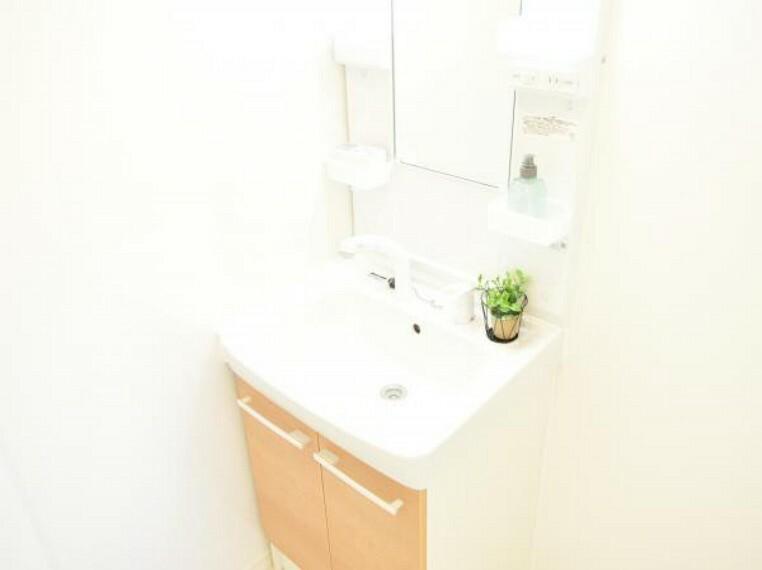 洗面化粧台 【同仕様写真】ハウステック製の洗面化粧台を設置します。朝の身支度も素早くできるシャワー水洗付となっています。