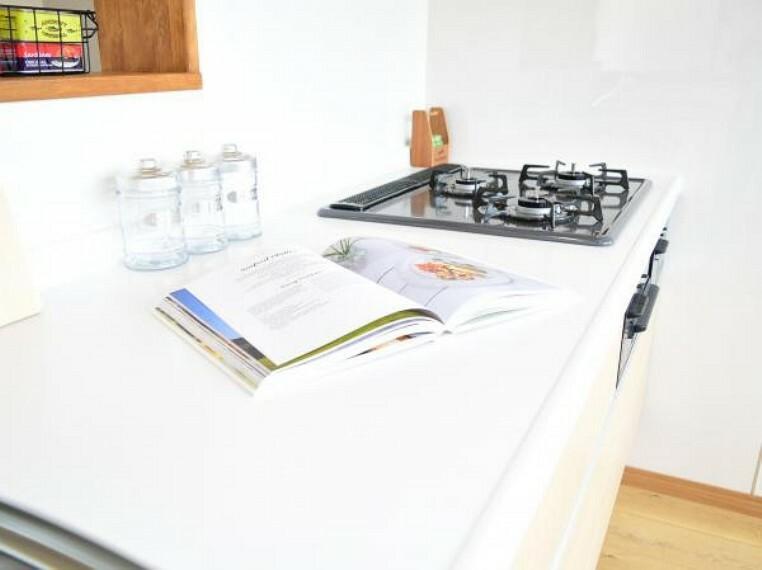 キッチン 【同仕様写真】システムキッチンの天板は人工大理石で熱に強く傷付きにくいですよ。