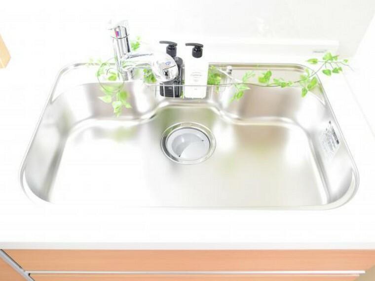 キッチン 【同仕様写真】システムキッチンのシンクはとても広く、大きな鍋も洗いやすく、センターポケット形状で、排水口がスムーズです。