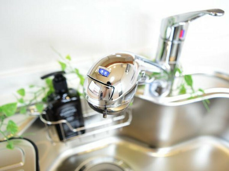 キッチン 【同仕様写真】キッチンは新品に交換予定。水栓金具は「かゆい所に手が届く」シャワータイプ。浄水機能付きなので安心してお使いいただけます。一体型の浄水器なので汚れにくくお手入れ簡単ですよ。