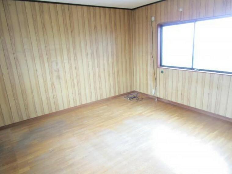 【リフォーム中】2階の洋室です。フローリングの重ね張り、クロスの張替え、建具、照明の交換を行います。