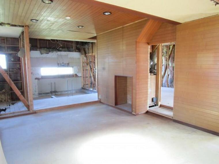 居間・リビング 【リフォーム中】リビングはフローリング、クロスの張替え、建具、照明の交換を行います。