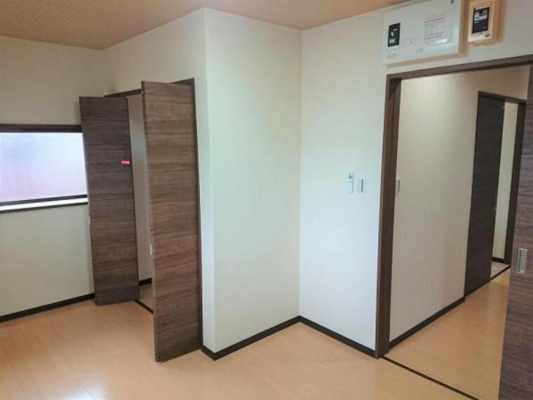 【7月17日撮影・リフォーム後写真】洋室の写真です。床・クロスの張替えを行い、洋室に間取り変更しました。出窓のある洋室です。