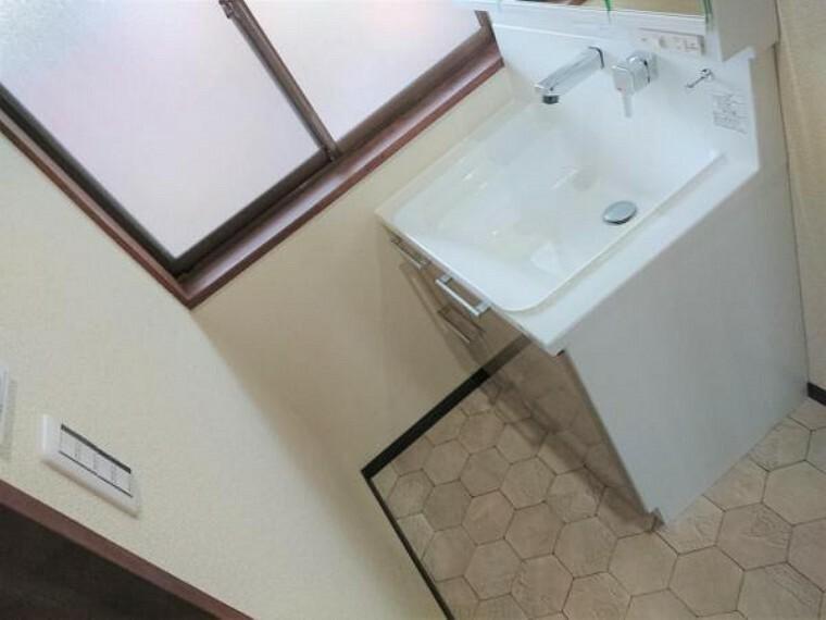 洗面化粧台 【7月17日撮影・リフォーム後写真】洗面脱衣所の写真です。洗面台の新品交換、床・クロスの張替えをおこないました。新しい洗面台で毎日の支度もはかどりそうです。