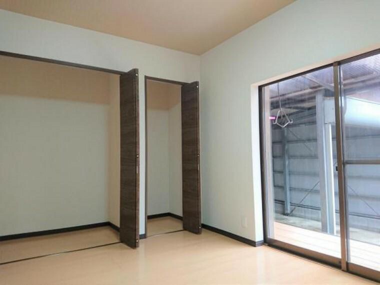 【7月17日撮影・リフォーム後写真】洋室の写真です。床・クロスの張替えを行い、和室から洋室に間取り変更しました。収納も十分にありますので、ご夫婦の寝室にいかがでしょうか。
