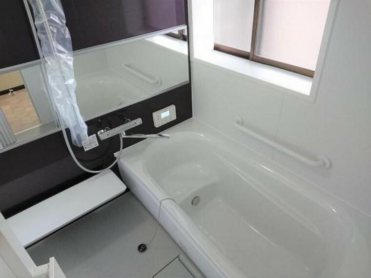 浴室 【7月17日撮影・リフォーム後写真】TOTO製の1坪タイプのユニットバスに新品交換しました。床はクッション製の高いほっカラリ床を仕様。浴室乾燥機付きでお子様の衣類が多い方も安心便利です。