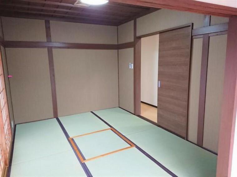 【7月17日撮影・リフォーム後写真】和室の写真です。畳の表がえ、クロスの新品交換を行いました。掘りごたつがあり、温かみのあるお部屋です。