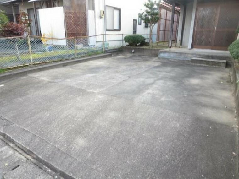 外観写真 こちらは駐車場の様子です。駐車は普通車2台可能です。前面道路は幅員6mなので大きいお車も通行しやすい道です。外壁は塗装を行います。