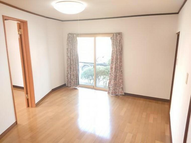 居間・リビング こちらは1階洋室13.5帖の様子です。前所有者によって床の張替えなどが行われております。クリーニングをしてお引き渡しいたします。
