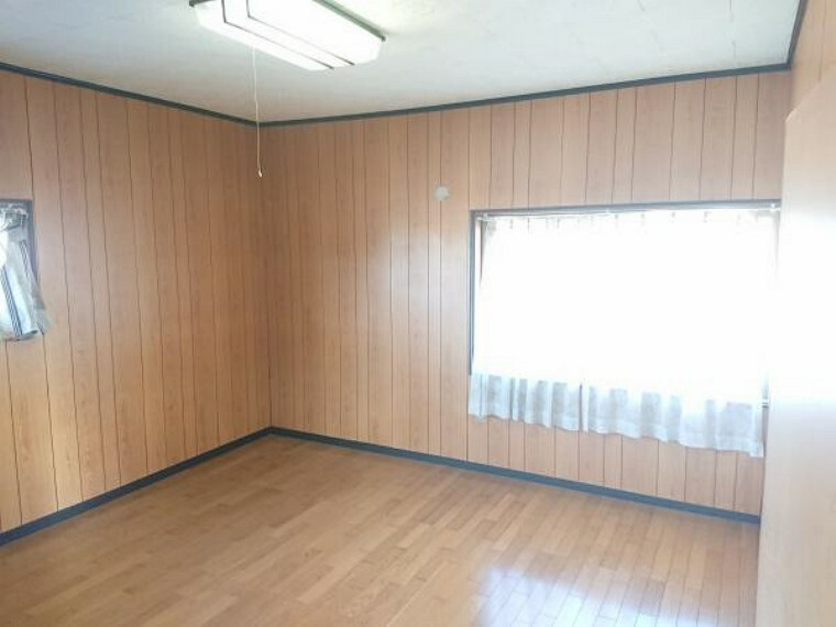 こちらは2階8畳の洋室です。主寝室としての利用はいかがでしょうか。