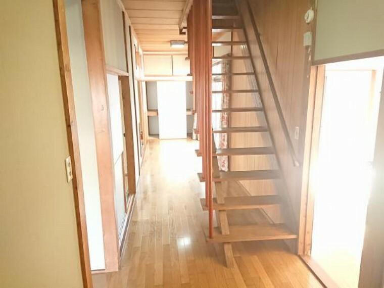 1階廊下の様子です。1階はフローリングの張替えがされているので、良好な状態です。ハウスクリーニングをしてお引き渡しします。