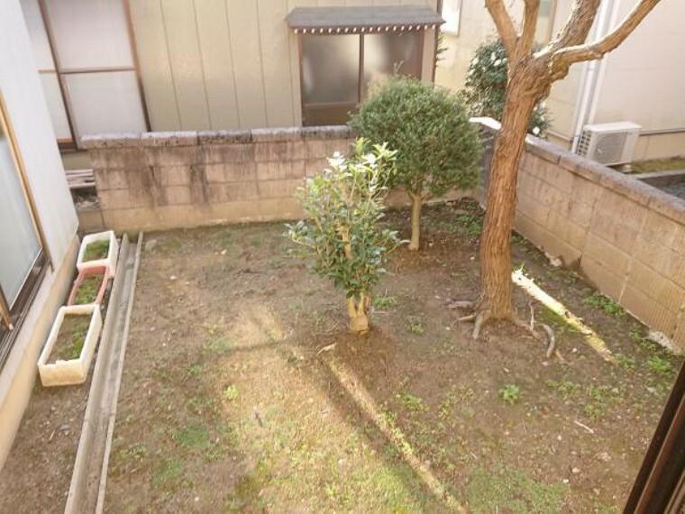 外観写真 家の奥にはお庭が付いているのでちょっとしたガーデニングなどを楽しんで頂けます。お洗濯も外に干せるのは良いですね。