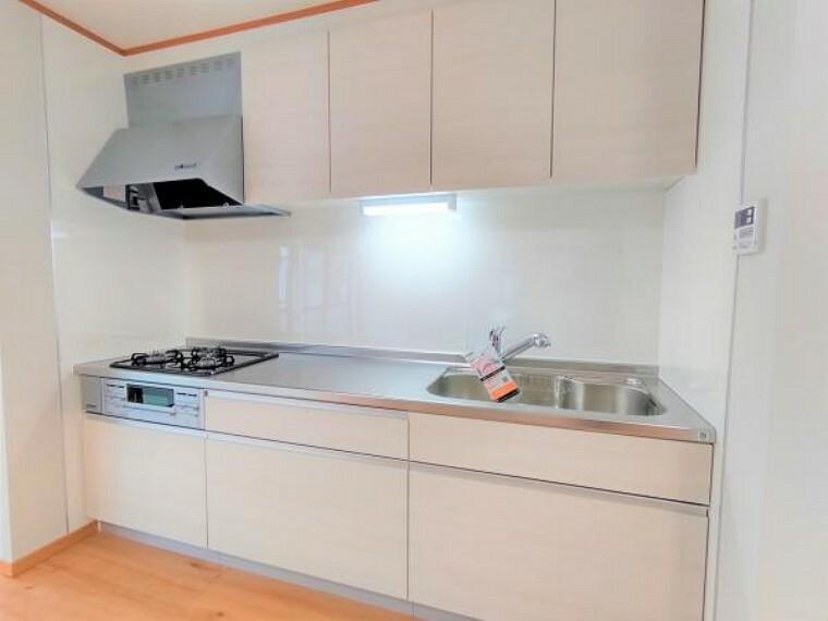 キッチン 【リフォーム済】キッチンはハウステック製の新品に交換しました。引出が4つの嬉しい多収納タイプ。コンロは3口で同時調理が可能。大きなお鍋を置いても困らない広さです。