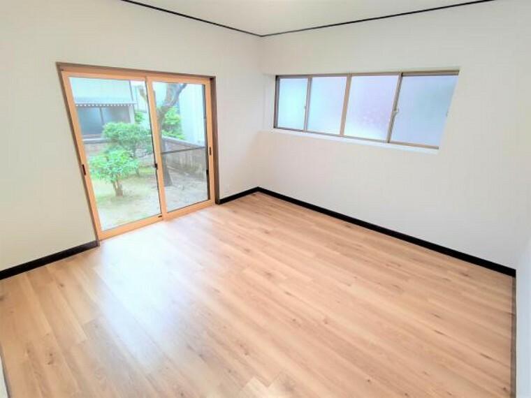 こちらは1階8帖の洋室です。窓からお庭に出られます。お子様のお部屋にいかがでしょうか。