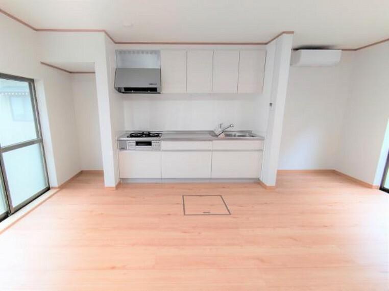 【リフォーム済】キッチン横に食器棚を置ける空間を確保しました。家族が集まるリビングをすっきり、広く保つことができます。