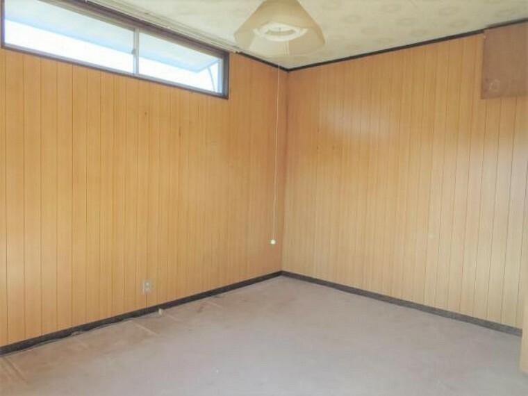【リフォーム前写真】2階洋室の写真です。フロア張り替え、天井壁クロス張を行います。
