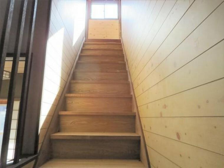 【リフォーム前写真】階段の写真です。クッションフロア張、天井壁クロス張りを行います。手すりを新設するのでお子さんでも安心して上りおりができるようになりますよ。