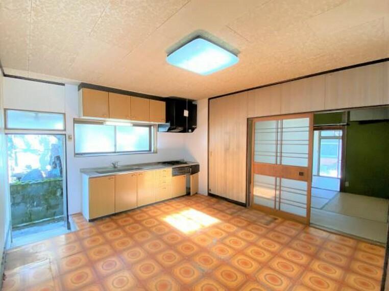 【リフォーム前写真】キッチンの写真です。勝手口をつぶして洋室のお部屋に生まれ変わります。
