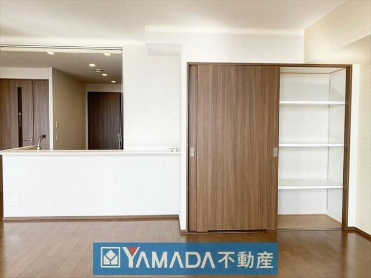 収納 リビングにもたっぷり収納可能な収納スペースがございます。