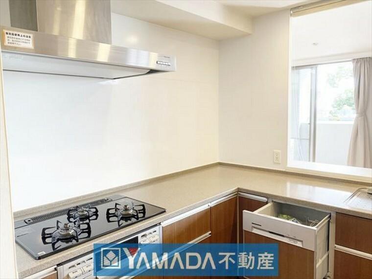 キッチン 三口コンロ、食洗器付きシステムキッチン